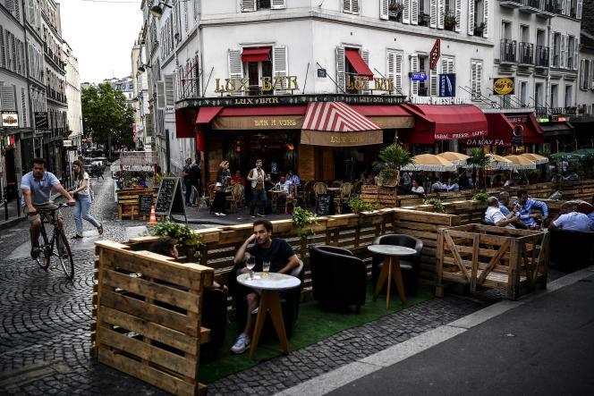 Devant un café parisien, en juillet 2020.