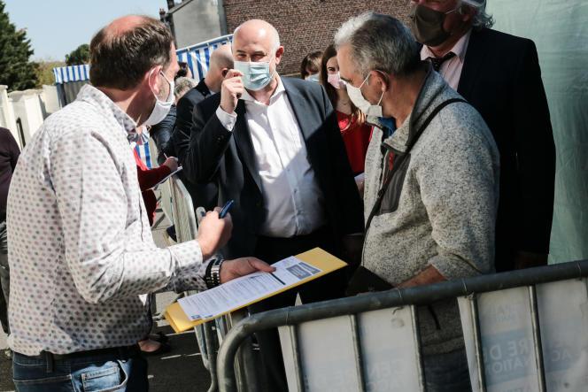 LaurentPietraszewskiparle avec des personnes venues se faire vacciner au centre municipal de santé de Nogent-sur-Oise, le23 avril2021.