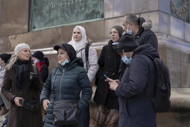 Rasha Kairout, au milieu avec une veste bleue, assiste à la manifestation à Copenhague le 21 avril pour protester contre la décision du gouvernement danois de révoquer les visas des Syriens au Danemark.