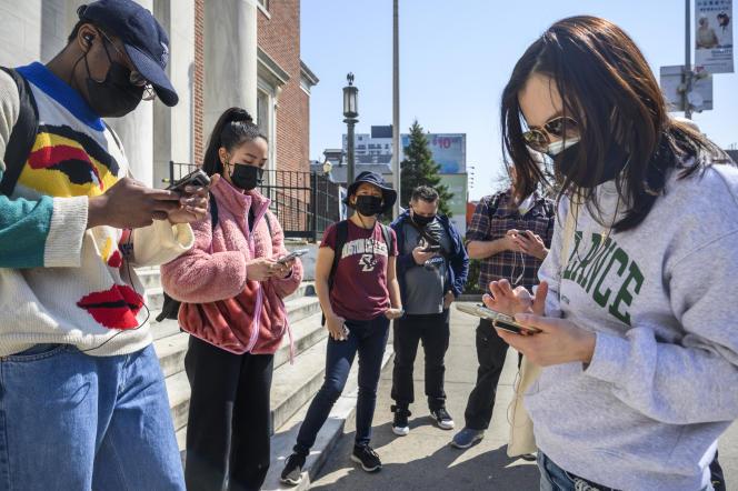 Les bénévoles de Main Street Patrol connectent leurs applications sur leur talkie-walkie avant de patrouiller dans les rues de New York, le 4 avril 2021.