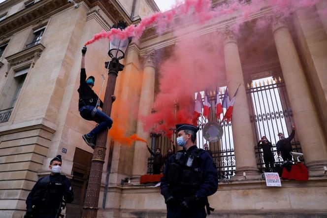 Des militantes d'Extinction Rebellion se sontenchaînées mardi 4 mai aux grilles de l'Assemblée, pour fustiger le projet de loi, qu'elles jugent trop faible.