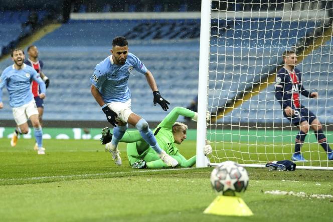 Riyad Mahrez inscrit son second but de la soiréé pour Manchester City face au PSG en demi-finale retour de la Ligue des champions, le 4 mai 2021 à l'Etihad Stadium