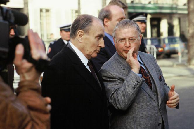 Le président Mitterrand et Michel Charasse, qui fut son conseiller, puis son ministre du budget, à Paris, en décembre 1991.
