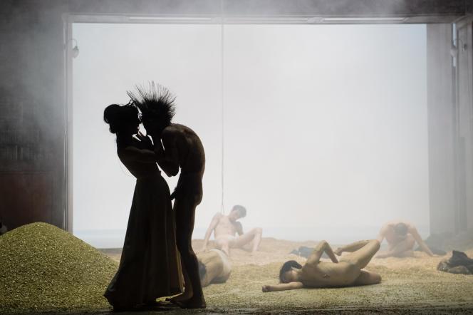 «Didon et Enée», de Purcell, présenté au Grand Théâtre de Genève (Suisse), par le collectif Peeping Tom, le 2 mai 2021.