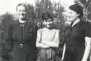 Erich Schwam entouré de sa mère Malcie et de sa grand-mère Chane, en 1943 ou 1944 au Chambon-sur-Lignon.