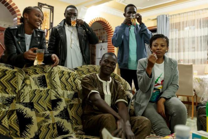 Des étudiants subsahariens à Alger sont accueillis par une famille algérienne pour partager le repas de rupture du jeûne.
