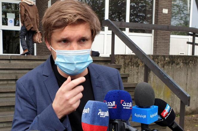 L'avocat belge, Dimitri de Beco, qui représente le diplomate iranien Assadollah Assadi, s'adresse aux médias devant un tribunal à Anvers, en Belgique, le 5 mai 2021.