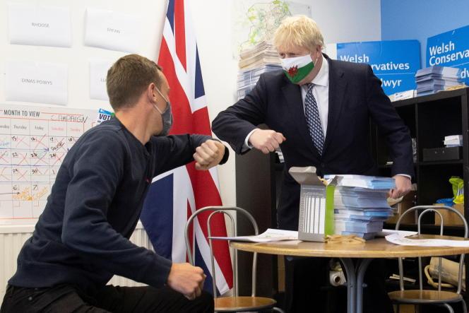 Le premier ministre britannique Boris Johnson lors d'une visite à Barry pour la campagne électorale au Pays de Galles, le 3 mai.