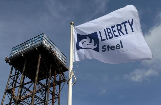 Le drapeau de Liberty Steel flotte au-dessus de l'aciérie de Dalzell, en Ecosse, le 8avril2016.