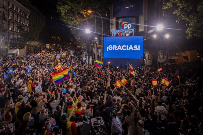 Miles de simpatizantes celebran la victoria de Isabel Díaz frente a la sede del Partido Popular en Madrid, el 4 de mayo.