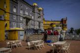 Des techniciens interviennent sur une terrasse du Pena Palace, à Sintra, au Portugal, le 31 mars.