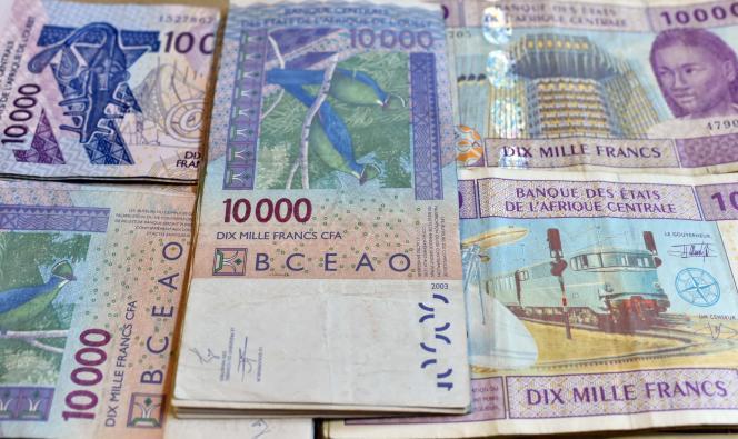 Des billets de francs CFA, à N'Djamena, en 2016.
