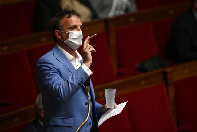 Le député du groupeLibertés et territoires, Francois-Michel Lambert, brandit un joint de cannabis, à l'Assemblée nationale, mardi 4 mai.
