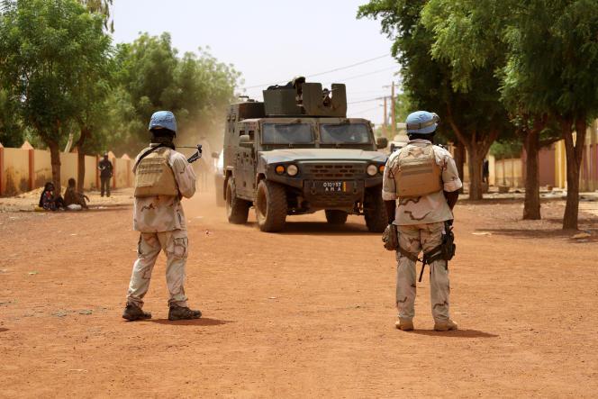 Des soldats sénégalais de la mission de maintien de la paix de l'ONU au Mali MINUSMA (Mission multidimensionnelle intégrée de stabilisation des Nations unies au Mali) patrouillent dans les rues de Gao, le 24 juillet 2019.