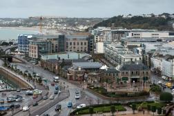 Le front de mer de la ville de Saint Helier, sur l'île britannique de Jersey, en novembre 2017.