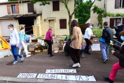 Des personnes rendent hommage àChahinez Boutaa, tuée par son mari devant son domicile, à Mérignac le 4 mai.