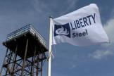 Le drapeau de Liberty Steel flotte au-dessus de l'aciérie de Dalzell, en Écosse, en Grande-Bretagne, le 8 avril 2016.