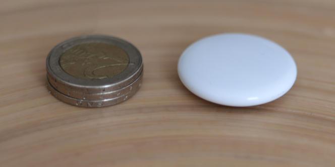 L'AirTag est à peine plus haut que trois pièces de deux euros, mais un peu plus large.