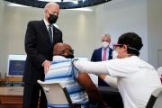 Le président américain, Joe Biden, lors d'une visite dans un centre de vaccination à Alexandria (Virginie), le 6 avril 2021.