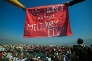 Une manifestation contre le coup d'Etat des militaires birmans, le 11 février au lac Inle (Birmanie).