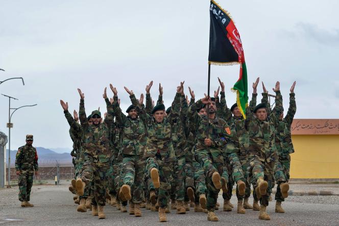 Des soldats de l'armée nationale afghane défilent lors d'une cérémonie, dans une base militaire, à Herat, le 5 mai 2021.