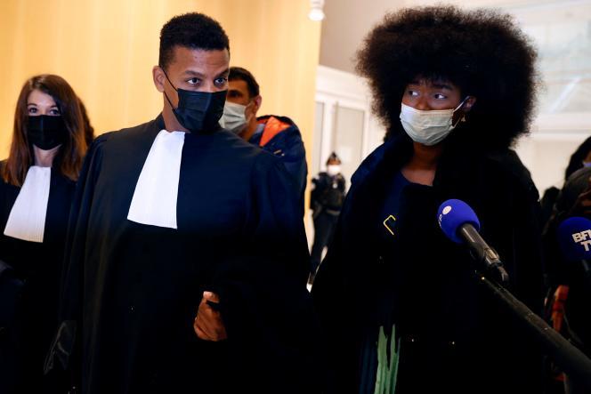 Assa Traoré (à droite) et son avocatYassine Bouzrou,à leur arrivée au procès en diffamation, le 6mai 2021, au tribunal de Paris.