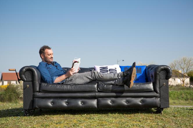 Augustin Trapenard sur le canapé de sa nouvelle émission« Plumard », sur BrutX.