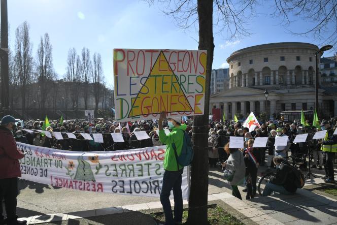 Lors d'une manifestation contre le projet de gare de métro dans le Triangle de Gonesse, à Paris, le 27 février.