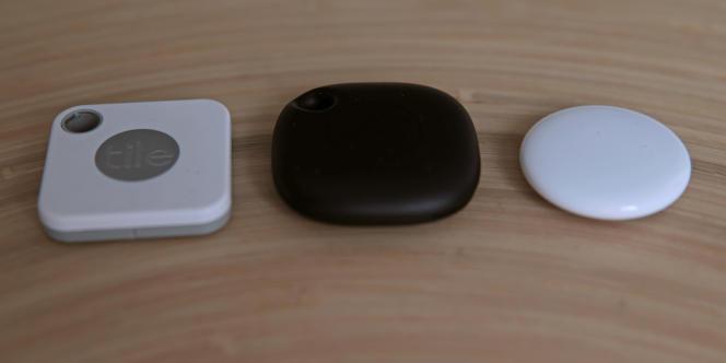 Le Tile Mate (à gauche), le Samsung SmartTag (au centre) et l'AirTag, nettement plus compact (à droite).