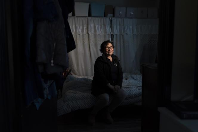 Hyang Ran Kim, d'origine sud-coréenne, dans son appartement à Los Angeles, le 25 mars 2021. Kim a temporairement emménagé chez sa fille dans un quartier calme de la banlieue d'Orange County. Celle-ci était trop inquiète pour sa sécurité face à la montée des crimes haineux anti-asiatiques.