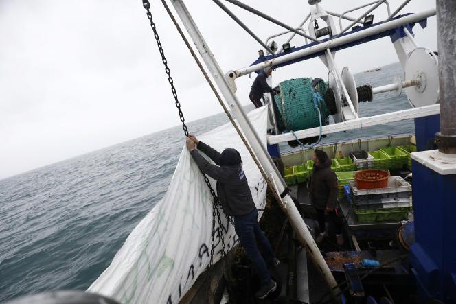 Des pêcheurs français tentent de bloquer l'entrée du port de Saint-Hélier à Jersey, le 6 mai.
