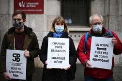 Des proches de donneurs de corps protestent devant le Centre de don de corps, à Paris, le 27 novembre 2020.