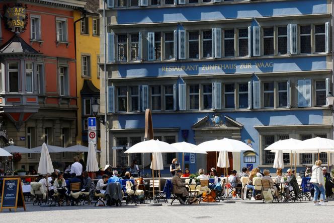 En Suisse,bars et restaurants peuvent recevoir du monde en terrasse depuis la mi-avril, comme ici à Zurich, le 20 avril.