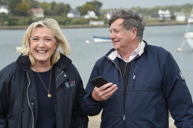 Marine Le Pen, présidente du RN, pose avec Florent de Kersauson, désigné tête de liste dans le Morbihan, à La Trinité-sur-Mer, jeudi 6 mai.