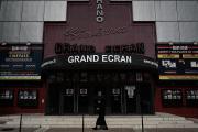 Devant le cinéma Grand Ecran, fermé, à Bergerac (Dordogne), le 20 avril 2021.