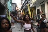 Des habitants protestent après une opération de police au lourd bilan, dans la favela de Jacarezinho, à Rio de Janeiro, le 6 mai 2021.