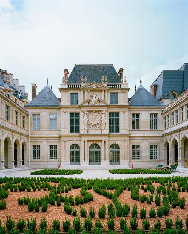 L'hôtel des Ligneris, dit hôtel Carnavalet, et la cour des Drapiers.