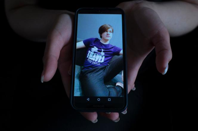 Dans la ville de Kansk, en Sibérie, Anna Ouvarova montre une photo de son fils Nikita, 15 ans, accusé de terrorisme.