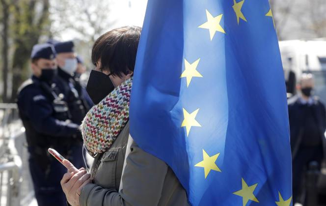 Polski przeciwnik trzyma flagę UE przed Sądem Konstytucyjnym w Warszawie w środę 28 kwietnia 2021 r.