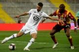 Zeki Celik (à gauche), et Seko Fofana, en action, lors du match de Ligue 1 entre Lens et Lille, à Lens, le 7 mai 2021.