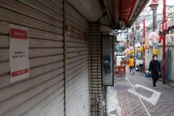 Des magasins fermés dans le quartier de Shinjuku, à Tokyo (Japon), le 7 mai.