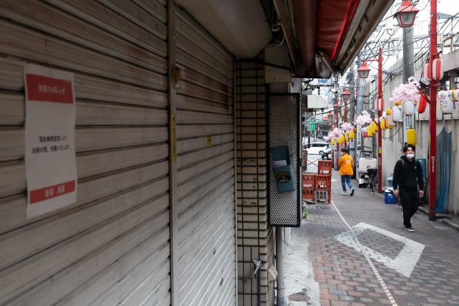 Des magasins fermés dans le quartier de Shinjuku, à Tokyo (Japon), le 7 mai 2021.