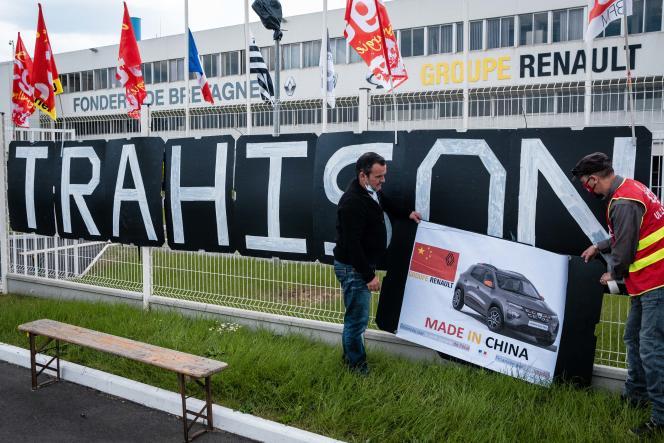 Des salariés de la Fonderie de Bretagne, propriété de Renault, protestent contre la mise en vente du site, à Caudan (Morbihan), le 30 avril 2021.