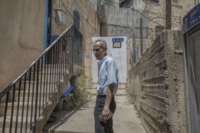 El 6 de mayo de 2021, Abdel Fattah Scobi, de 71 años, frente a la entrada de su casa rodeada de asentamientos en el área de Sheikh Zarra de Jerusalén.  Está a la espera del veredicto del Tribunal Supremo.  Affon Street.
