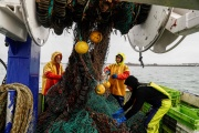 Des pêcheurs français, près du port de Saint-Hélier, à Jersey, le 6 mai 2021.