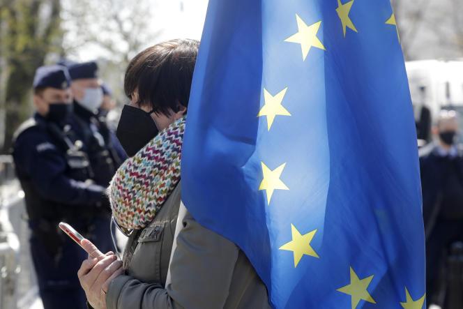 Une manifestante polonaise tient un drapeau de l'Union européenne devant le Tribunal constitutionnel de Varsovie, mercredi 28 avril 2021.
