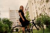L'agente culinaire Trisha Castro s'est fait réaliser un vélo à sa convenance (ici, à Paris, le 4 mai).