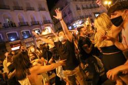 Des habitants célèbrent la fin de l'état d'urgence sur la place de Puerta del Sol à Madrid, dans la nuit de samedi 8 à dimanche 9 mai.