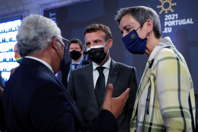 Emmanuel Macron, le premier ministre du Portugal, Antonio Costa, et la commissaire européenne à la société numérique,Margrethe Vestager, à Porto, le 7 mai 2021.