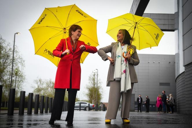 De Schotse premier Nicola Sturgeon feliciteert de kandidaat Kokap Stewart van de Schotse Nationale Partij met haar verkiezingsoverwinning op 8 mei 2021.